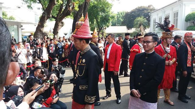 Hasil gambar untuk Presiden menjadi Irup dalam acara Penurunan Bendera Negara Sang Merah Putih, di halaman Istana Merdeka